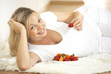 schwangere frau mit frischen früchten