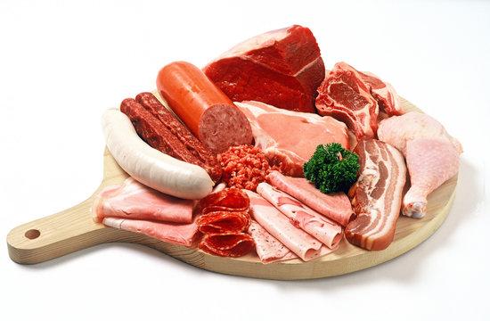 Holzteller mit Fleisch und Wurst/plate with meats and sausage