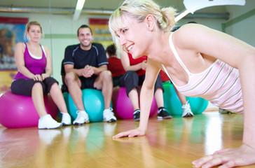gymnastiktraining im fitnessstudio