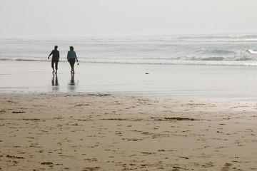 promeneurs au bord de l'eau