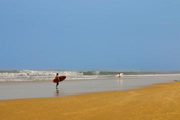surfeurs sur la plage