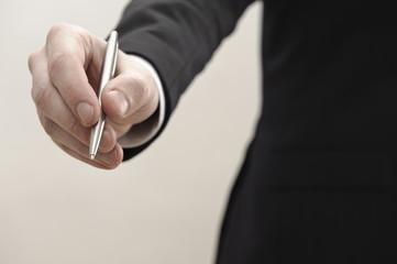 mann im anzug hält stift bereit für unterschrift