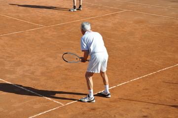 sénior qui joue au tennis