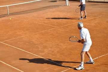 séniors qui jouent au tennis