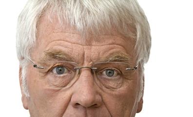 Alter Mann blickt durch seine Brille
