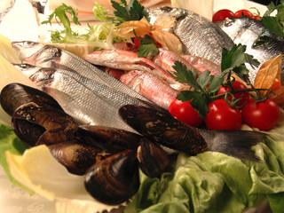 pesce fresco su vassoio con verdure