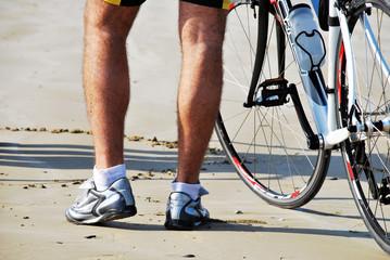 Ciclista in spiaggia