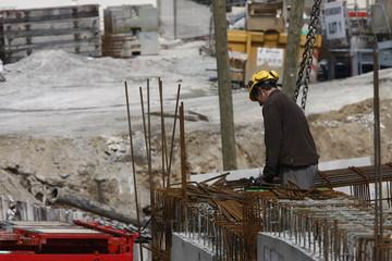Ouvrier découpe du fer à béton sur un chantier