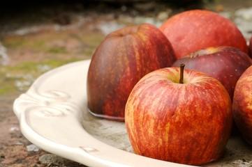 Äpfel auf Teller