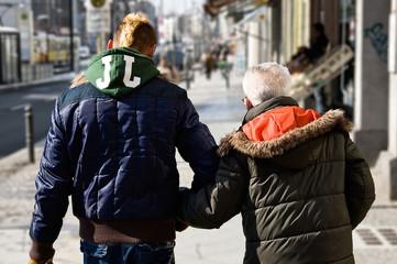 junger und alter Mann gemeinsam auf der Straße