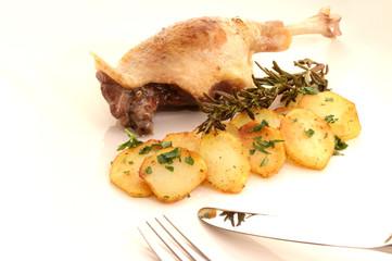 Entenschenkel gebraten mit Kartoffeln und Rosmarin