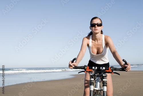 junge frau am strand f hrt fahrrad stockfotos und. Black Bedroom Furniture Sets. Home Design Ideas
