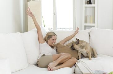 ambiente frau zu hause mit hund