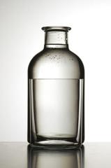 Bottiglia d acqua con bicchiere