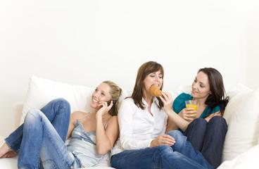 freundinnen zu hause auf der couch