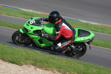 Schräglage auf grünem Motorrad