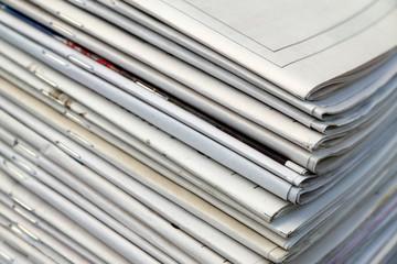 des journaux entassés