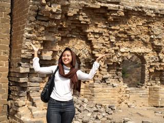 jeune fille dans une tour de guet de la muraille de Chine