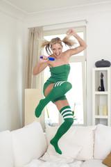 Singende, Springende Frau