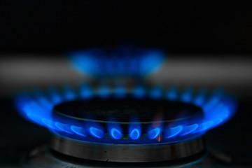 Blaue Gasflammen eines Gasofens und oben Copy Space