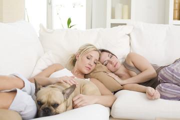 freundinnen schlafen auf der couch