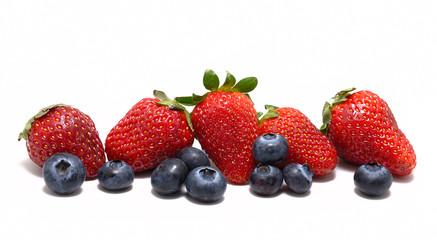 Frutti di Bosco isolati su sfondo bianco