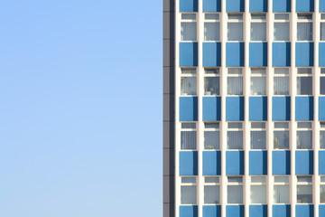 Fenster-Fassade vor blauem Himmel, Deutschland