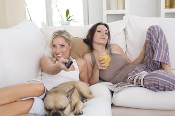 Auf der Couch vorm Fernseher
