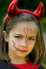 petite fille déguisée en diable