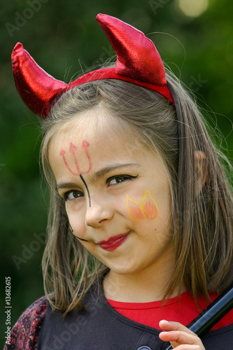 Petit diable souriant photo libre de droits sur la banque d 39 images image 13682615 - Maquillage diablesse fillette ...