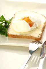 Pochiertes Ei auf einer Scheibe Toast