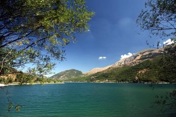 Una bella veduta deI lago di Scanno. A L'aquila.