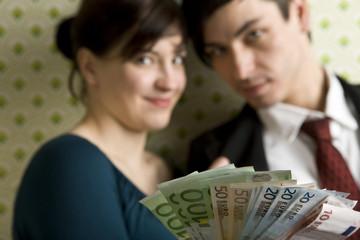 junges Paar mit Geldscheinen