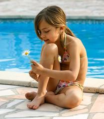 au bord de la piscine avec une fleur