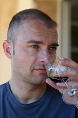 Viticulteur goûtant un vin rouge