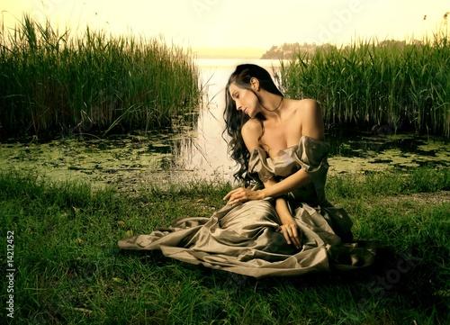 Хрупкая брюнетка прогуливается голышом возле озера  152901