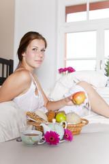 frau beim gesunden tagesstart