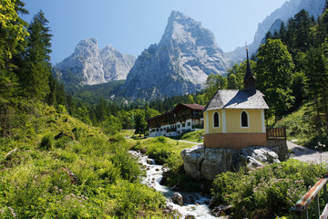 Kapelle vor Alpenkulisse in Hinterbärenbad, Tirol.