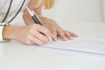 Femme signant un document