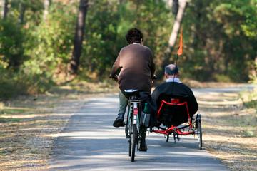 couple à vélo sur la piste au milieu des pins