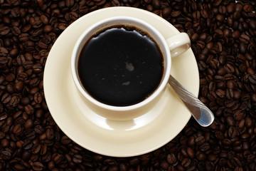 tasse kaffee mit frischen bohnen