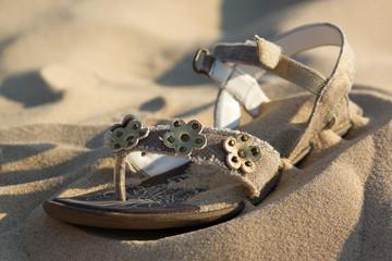 chaussure d'enfant dans le sable