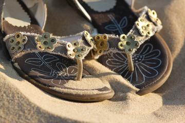 chaussure d'enfant dans le sable 3