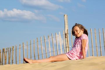 enfant pensive sur la dune