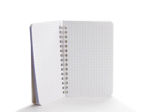 carnet à spirales vide pour message isolé sur blanc