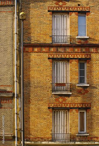 immeuble en brique ann es 30 photo libre de droits sur la banque d 39 images image. Black Bedroom Furniture Sets. Home Design Ideas