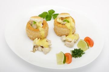 Pastetchen mit Hühnerragout und Hollandaise