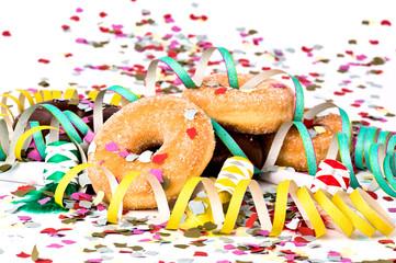 Donuts mit Luftschlangen und Konfetti