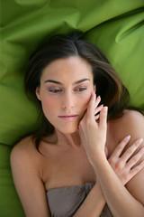 Portrait d'une jeune femme étendue sur un drap vert