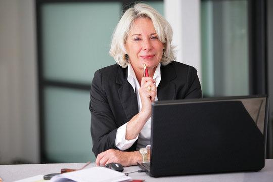 femme d'affaire senior au bureau